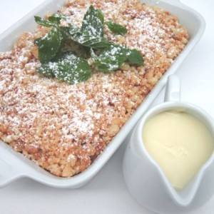 Pear crumble with milk cream